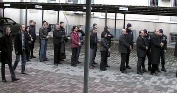 """Una """"cuerda"""" de dirigentes kurdos detenidos espera en una comisaría de Turquía."""