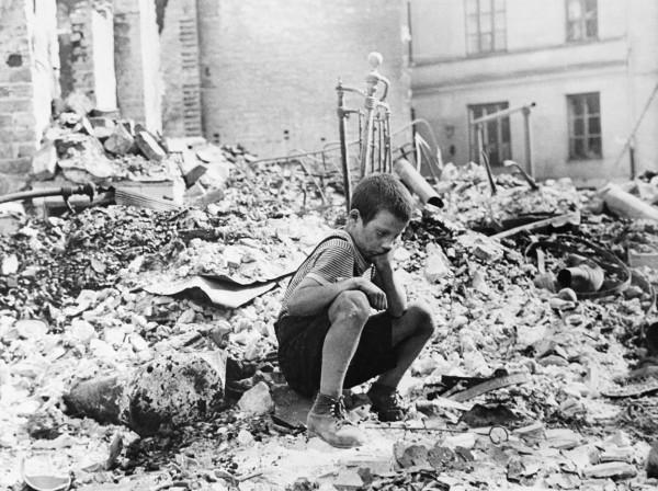 Los polacos, como este niño durante el asedio de Varsovia, que vivieron la guerra presentan peor estado de salud física y emocional aún hoy. Julien Bryan/Wikimedia Commons