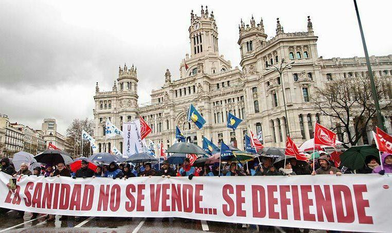 Imagen de la última manifestación convocada por la Marea Blanca en las calles de Madrid contra la privatización de la Sanidad Pública. / @madridsindical