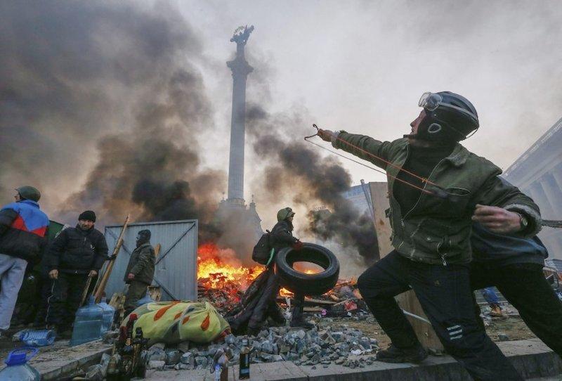 Manifestante_tirachinas_Kiev