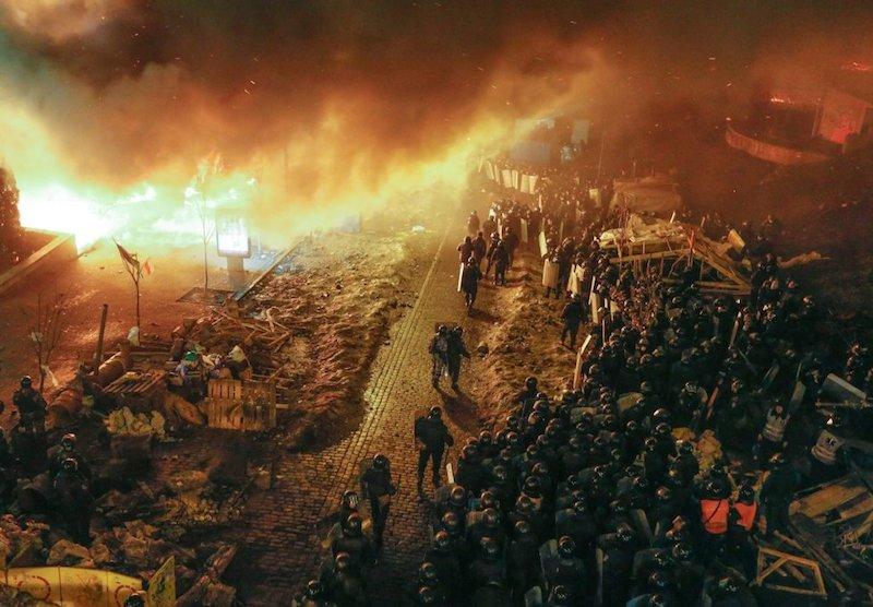 antidisturbios_Kiev_barricadas_en_llamas