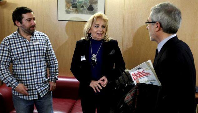 Javier Couso, a la izquierda de la imagen junto a su madre, Maribel, y el diputado de IU Gaspar Llamazares, tras mantener ayer un encuentro en el Congreso. / Fernando Alvarado (Efe)