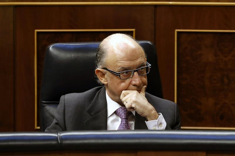 El ministro de Hacienda, Cristóbal Montoro, ayer miércoles, durante la segunda sesión del debate sobre el Estado de la Nación. / Javier Lizón (Efe)
