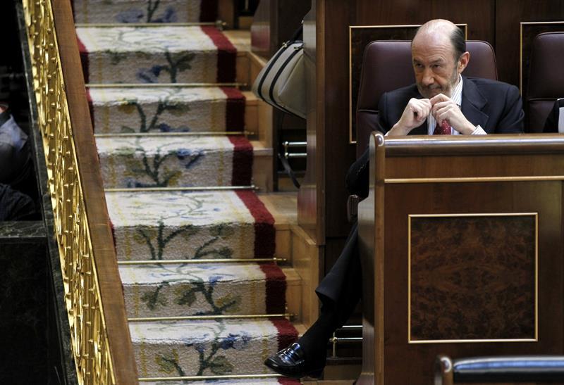 Alfredo Pérez Rubalcaba, esta mañana, escuchando la intervención de Mariano Rajoy. / Chema Moya (Efe)