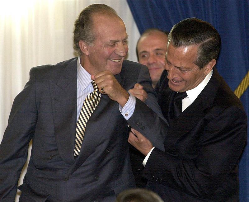 Adolfo Suárez bromeando con el rey Juan Carlos durante la ceremonia de entrega del Premio del Grupo Correo-Prensa Española a los valores humanos, concedido a Suárez, el 11 de abril de 2002. / Bernardo Rodríguez (Efe)