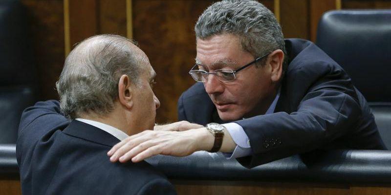 Imagen de archivo del ministro de Justicia, Alberto Ruiz-Gallardón, a la derecha, conversando con el de Interior, Jorge Fernández Díaz, en el Congreso. / Efe
