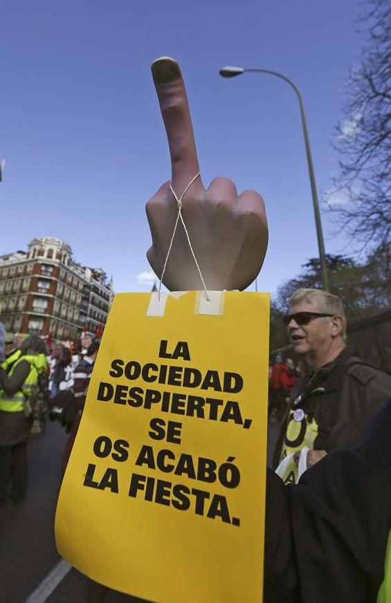 Uno de los carteles que se pudo ver ayer durante la manifestación de las Marchas de la Dignidad en Madrid. / Javier Lizón (Efe)
