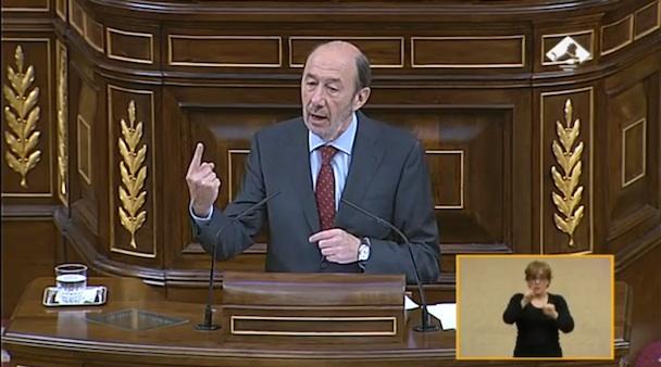El secretario general del PSOE, Alfredo Pérez Rubalcaba, en la tribuna del Congreso durante el debate.