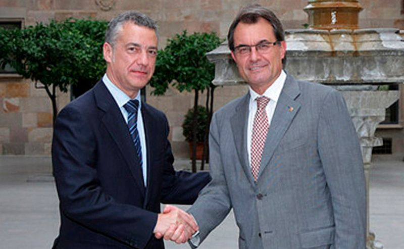 El lehendakari Urkullo, a la izquierda, y el presidente de la Generalitat, Artur Mas, en una imagen de archvio. / Efe