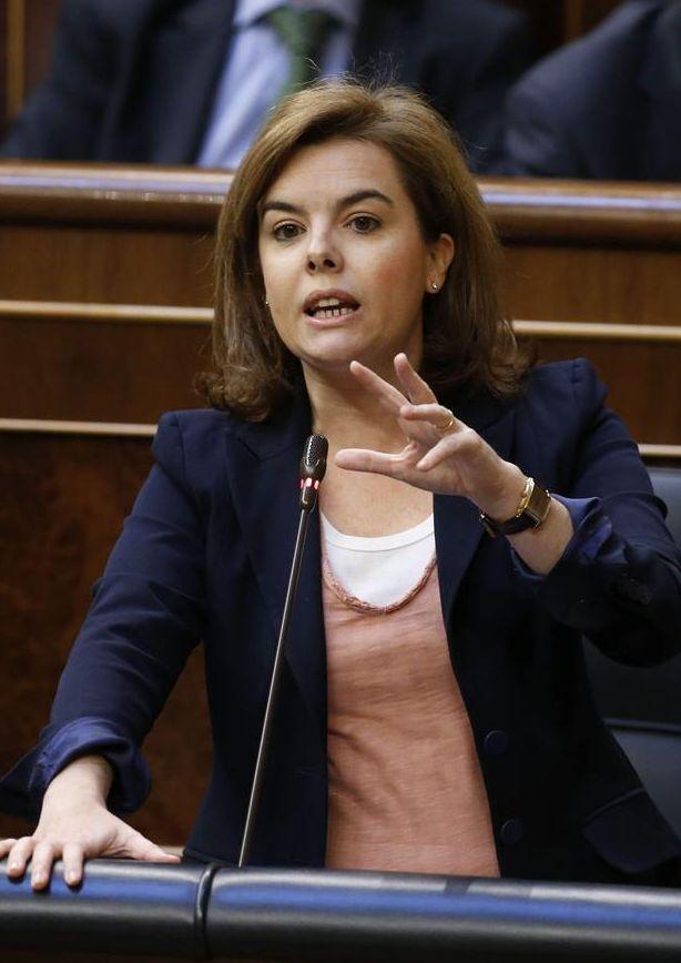 La vicepresidenta del Gobierno, ayer, contestando a la portavoz socialita, Soraya Rodríguez, sobre las remuneranciones en B del Partido Popular. / Juan Carlos Hidalgo (Efe)