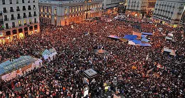 Imagen de la Plaza del Sol de Madrid al término de la manifestación celebrada el 15 de mayo de 2011. / Efe