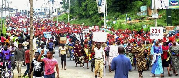 Miles de mujeres se manifiestan en Abidan (Nigeria) contra la pasividad del Gobierno frente a Boko Haram. / Efe