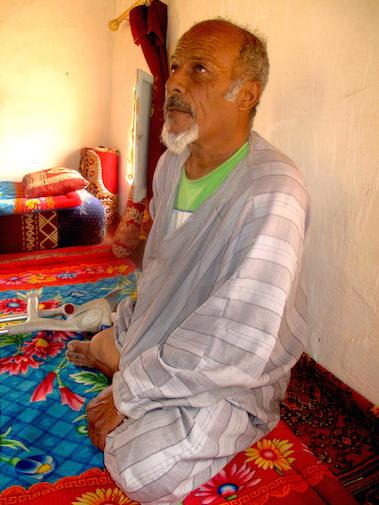 Ahmed Salem perdió su pierna derecha cuando buscaba sus camellos subido en un coche en 1988./ Alejandro Torrús