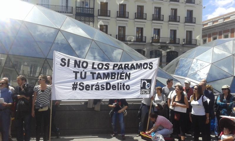 Pancarta de la concentración celebrada este sábado en la Puerta del Sol convocada por la Plataforma No Somos Delito. / Miguel Muñoz