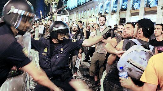 Carga policial contra un grupo de manifestantes durante la celebración en Madrid, en ... de la Jornada Mundial de la Juventud. / Efe