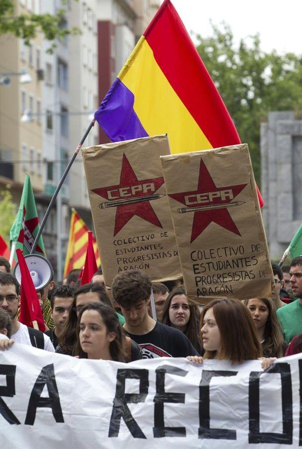 Una bandera republicana en la manifestación celebrada por los estudiantes universitarios y de instituto de Zaragoza. / Javier Cebollada. (Efe)