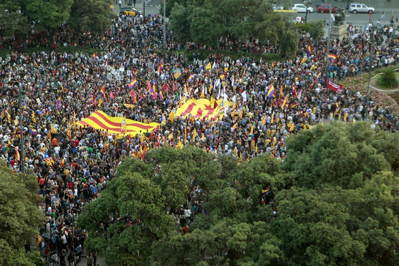 Multitudinaria concentración republicana en la Plaza de Cataluña, en Barcelona. / Toni Albir (Efe)