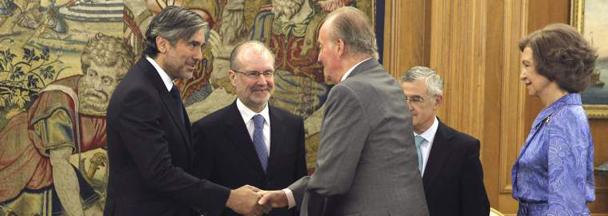 Enrique López estrecha la mano del Rey en presencia de la Reina y otros jueces tras jurar su cargo como magistrado del Constitucional. /Efe