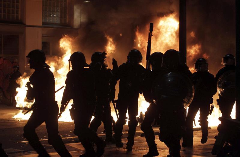 Los Mossos d'Esquadra disolviendo la manifestación que se celebró el sábado en la Rambla del Raval, en Barcelona. / Toni Albir (Efe)