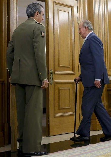 El Rey Juan Carlos  dirigiéndose a la audiencia que concedió ayer al presidente de la Cámara de Comercio de EEUU  en el Palacio de la Zarzuela. / JuanJo Martín (Efe)