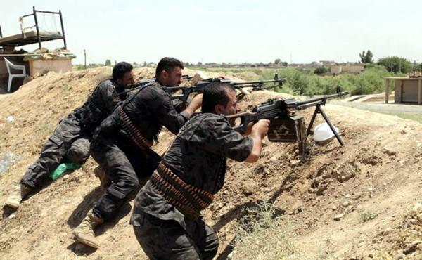 Peshmergas kurdos en una de las posiciones defensivas frente a las fuerzas del Califato. / UPK