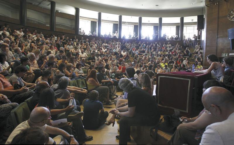 Vista general de una de las asambleas que Podemos ha celebrado hoy en la Facultad de Filosofía de la Universidad Complutense de Madrid. / Kiko Huesca (Efe)