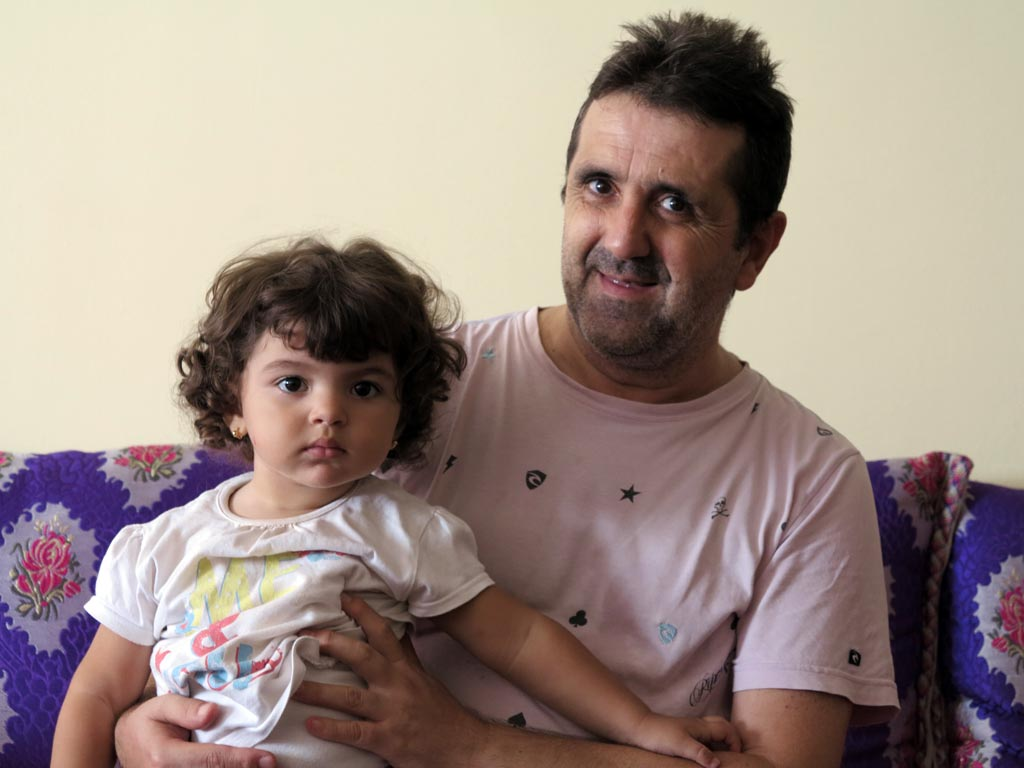Ramón Calatayud, enfermo de hepatitis C, en su casa de Tánger. / J.M.