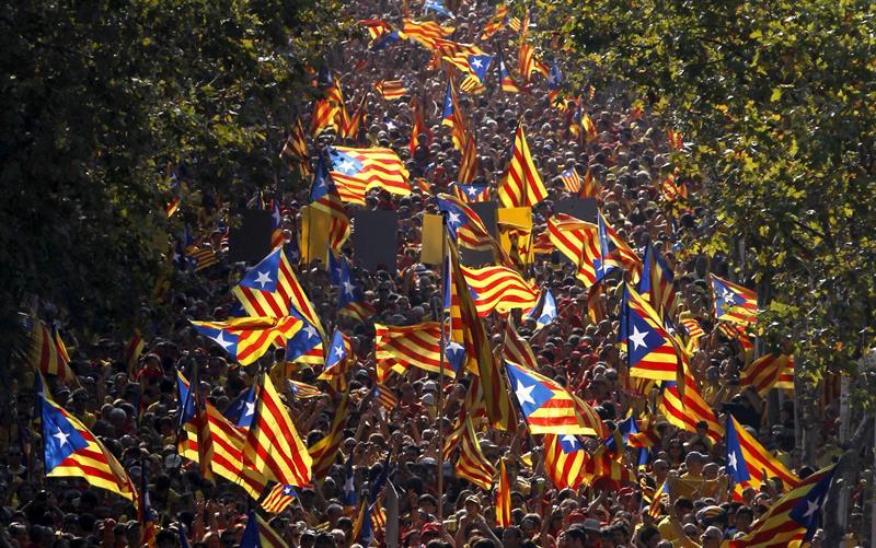 La estelada fue sin duda la protagonista durante toda la jornada de la Diada en las calles de Barcelona. / Alberto Estévez (Efe)