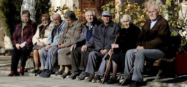 El envejecimiento de la población española ha vuelto a ser materia de debate en el Congreso. / Efe
