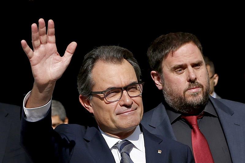 Artur Mas, a la izquierda, y el líder de ERC, Oriol Junqueras, saliendo del Palau de la Generalitat tras la firma del decreto de convocatoria de la consulta del 9N el pasado sábado. / Alberto Estévez (Efe)