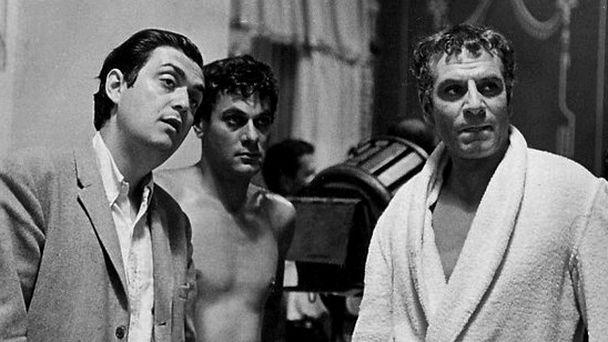Stanley Kubrick, Tony Curtis (Antonino) y Laurence Olivier (Craso) en una pausa del rodaje de Espartaco. / Wikipedia