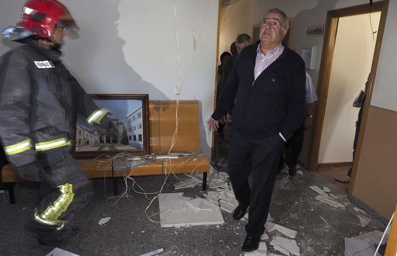 El alcalde de Baralla (Lugo), Manuel González Capón, mira los destrozos en el interior del Ayuntamiento causados por el atentado que sufrió la Casa Consistorial en la madrugada del miércoles. / Eliseo Trigo (Efe)