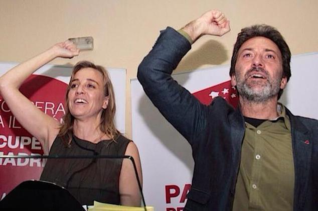 Tania Sánchez y Mauricio Valiente celebran el triunfo con sus seguidores, la noche del domingo, en la se de IU de Carabanchel. /