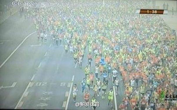 Imagen del maratón de Pekín emitida por la televisión china. (Twitter)