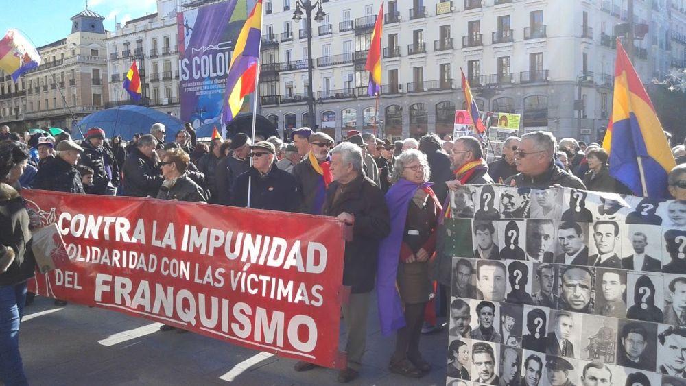 Imagen de la concentración convocada esta mañana en Sol por colectivos republicanos reclamando una constitución para el pueblo. / Sato Díaz
