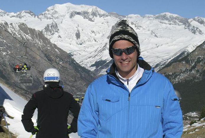 Fotografía facilitada por la estación de esquí de Aramón Cerler del secretario general del PSOE, Pedro Sánchez, en la estación de esquí donde pasa unos días de descanso. / Efe