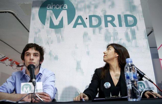 Los portavoces de Ahora Madrid Julio Martínez Cava  y Pepa López durante la presentación este viernes de la candidatura de convergencia para el Ayuntamiento de la capital. / Chema Moya (Efe)