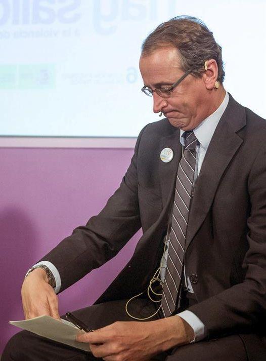 El ministro de Sanidad, Alfonso Alonso, ayer, durante la presentación del estudio realizado con datos del CIS. / Emilio Naranjo (Efe)