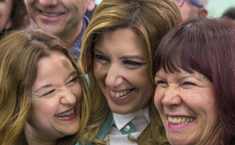 Susana Díaz. en el centro, junto a la presidenta del  PSOE, Micaela Navarro, a su derecha, y la secretaria general del partido en Sevilla, Verónica Pérez, durante la noche electoral del 22M. / Julio Muñoz (Efe)