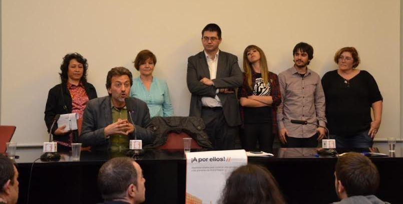 Mauricio Valiente, con integrantes de su lista para las primarias en Ahora Madrid. / Xavier Caño