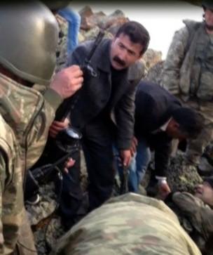 Varios civiles ayudan a los soldados tras el combate de Agri. / Actukurde.org