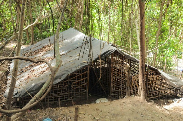 Una de las jaulas de bambú donde eran hacinados centenares de víctimas de trata en el campo. (M.G.P.)