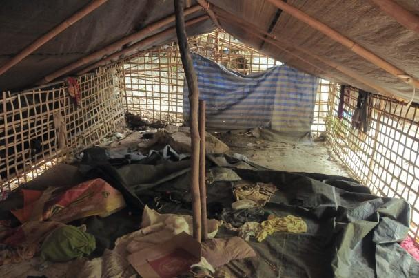 Interior de una de las jaulas de bambú del campo de Padang Besar. (M.G.P.)