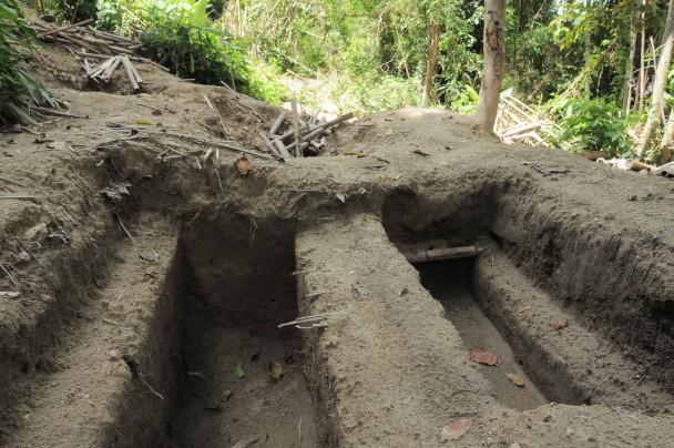 Fosas halladas en el campamento de traficantes de Padang Besar. (M.G.P.)