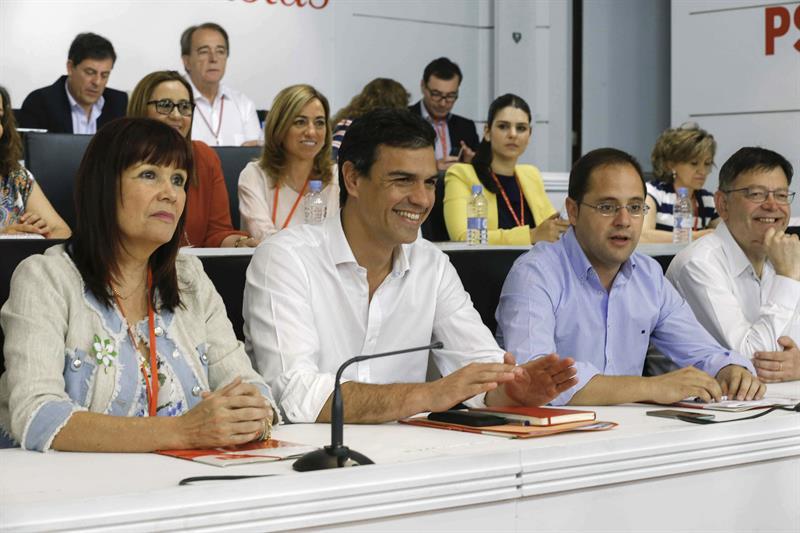 De izquierda a derecha, en la primera fila, Mikaela Navarro, Pedro Sánchez, Cesar Luena y Ximo Puig, esta mañana, durante la reunión del Comité Federal del PSOE. / Paco Campos (Efe)