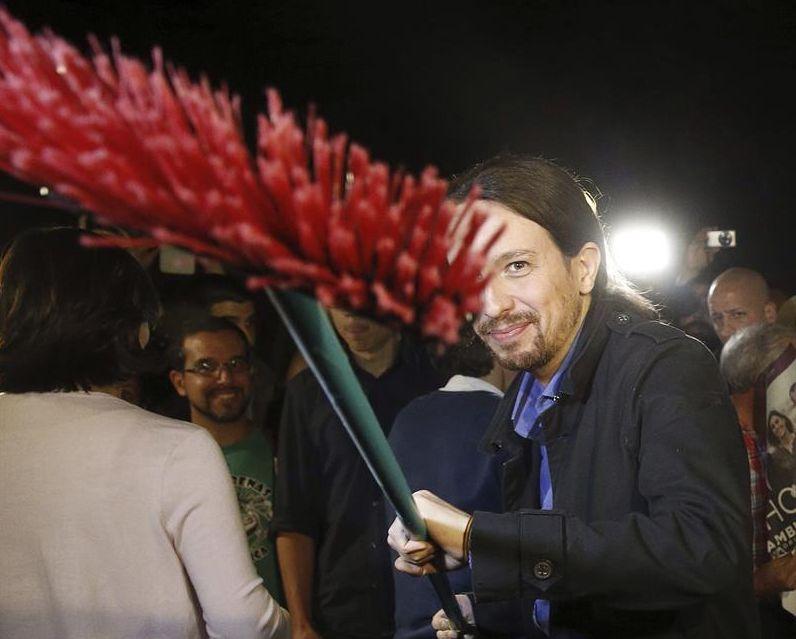 Pablo Iglesias, durante la pegada de carteles que abrió la campaña electoral la pasada noche. / Kiko Huesca (Efe)