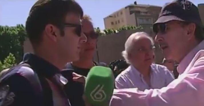El periodista de La Sexta, Aleix Poblet, intenta entrevistar a los manifestantes de la Plaza de Colón/captura de La Sexta