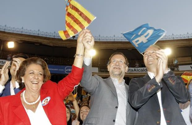 Riba Barberá, Mariano Rajoy y Alberto Fabra, el pasado jueves, durante el mitin celebrado por el PP en la Plaza de Toros de Valencia. / Juan Carlos Cárdenas (Efe)