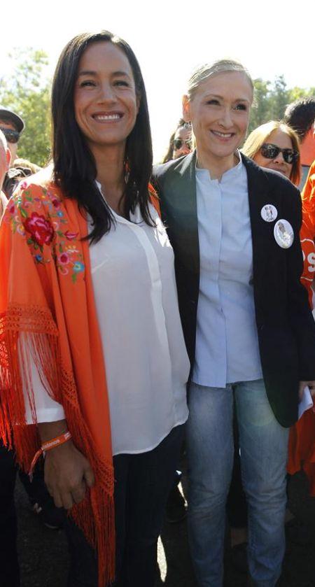 Cristina Cifuentes, a la derecha, junto a la candidata de Ciudadanos a la Alcaldía de Madrid, Begoña Villacís, ayer, en la pradera de San Isidro, donde se celebraron las fiestas del patrón de Madrid. / Víctor Lerena (Efe)