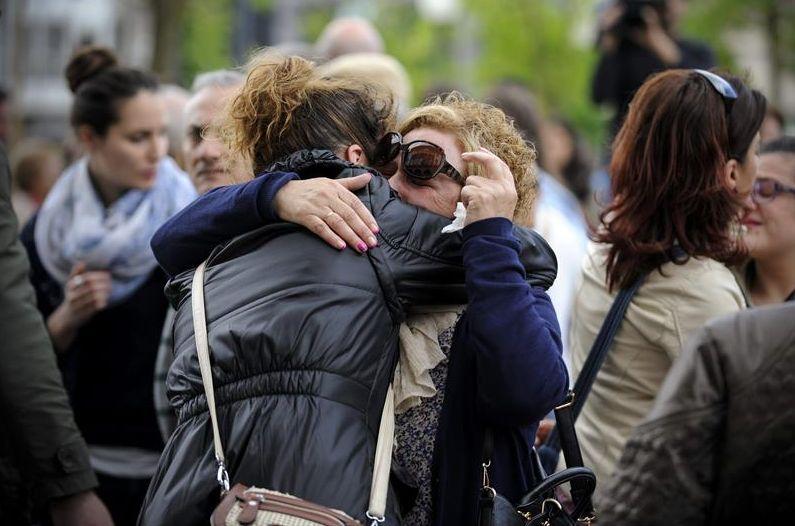 Amigas de la mujer asesinada hoy en el Complexo Hospitalario Universitario de Ourense, se abrazan durante la concentración en señal de repulsa realizada ante la casa consistorial de Verín. Ourense. EFE/Brais Lorenzo